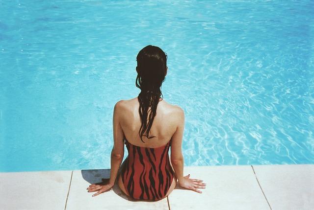 sezení u bazénu