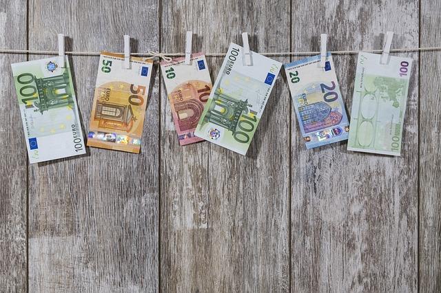 pověšené bankovky