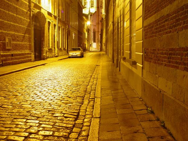 ulice osvětlená sodíkovou výbojkou