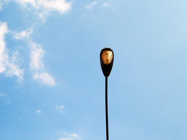 sodíková výbojka v pouliční lampě