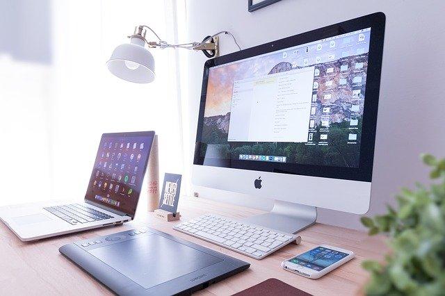 různá elektronika rozmístěná na stole