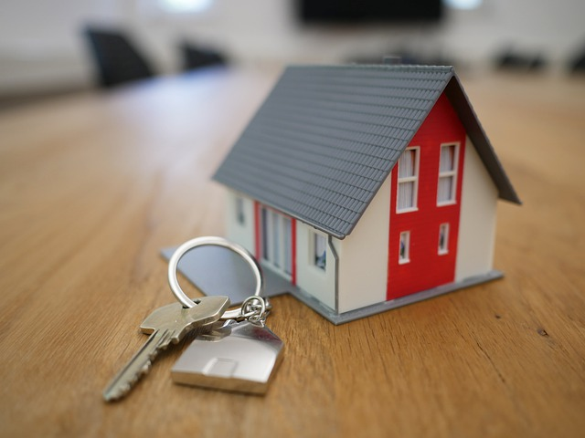 červenobílý dům klíče